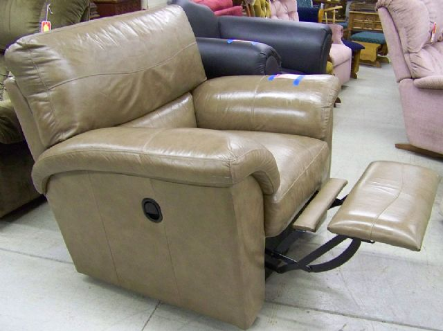 light brown leather la z boy recliner in chesterville il. Black Bedroom Furniture Sets. Home Design Ideas